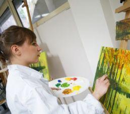 étudiante participant à l'atelier peinture du campus créatif