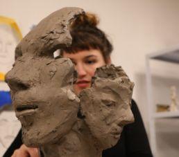 sculpture d'une étudiante du campus créatif