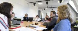 étudiants en train de travailler sur un projet de culture