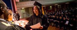 étudiante en master affaires internationales avec son diplôme