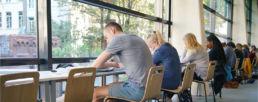 étudiants de prépa sciences po en train d'étudier à la bibliothèque