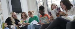 étudiantes de prépa sciences po en train de lire