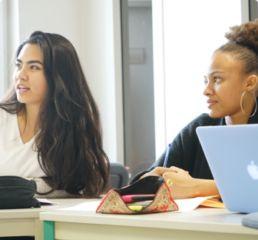 étudiantes en train d'écouter leur cours de français langue étrangère