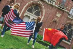 Etudiants FLSH avec les drapeaux de partenaires internationaux