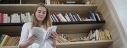 étudiante en pleine lecture