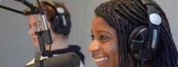 étudiante de licence médias culture et communication sur le plateau radio