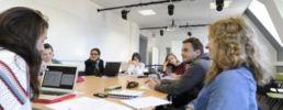 groupe d'étudiants de licence en train de travailler sur un cas pratique