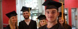 étudiants avant leur remise de diplôme