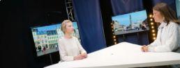 étudiantes en train de réaliser une émission tv sur le plateau du medialab