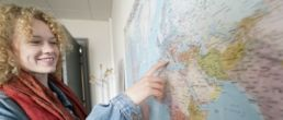 étudiante en train de choisir sa destination pour un échange universitaire