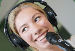 étudiante en train de réaliser une émission de radio