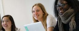 étudiantes en train de suivre un cours de français