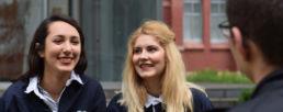 Etudiantes qui discutent et sourient