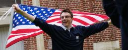 Etudiant en cours d'anglais avec le drapeau américain