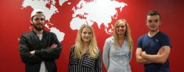 Etudiants de la Catho devant une carte du monde